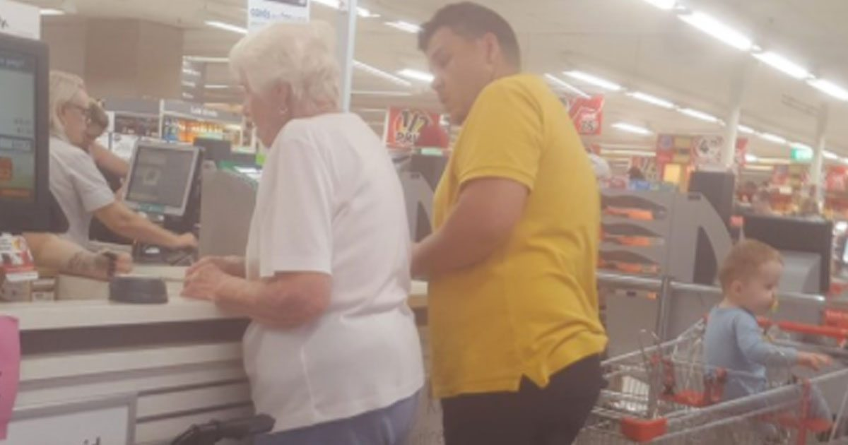 man_pays_for_elderly_womans_groceries_featured