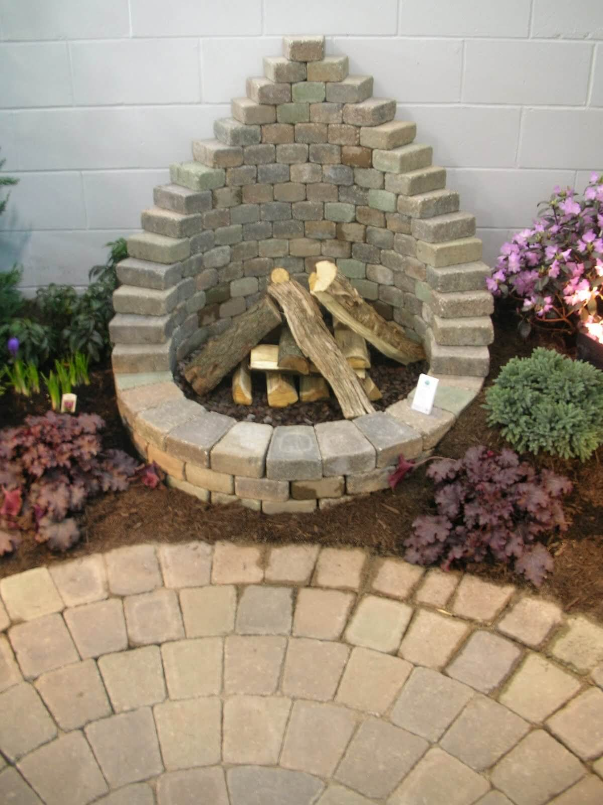 Teardrop-shaped fire pit. - 16 Awesome DIY Fire Pit Ideas For Your Yard