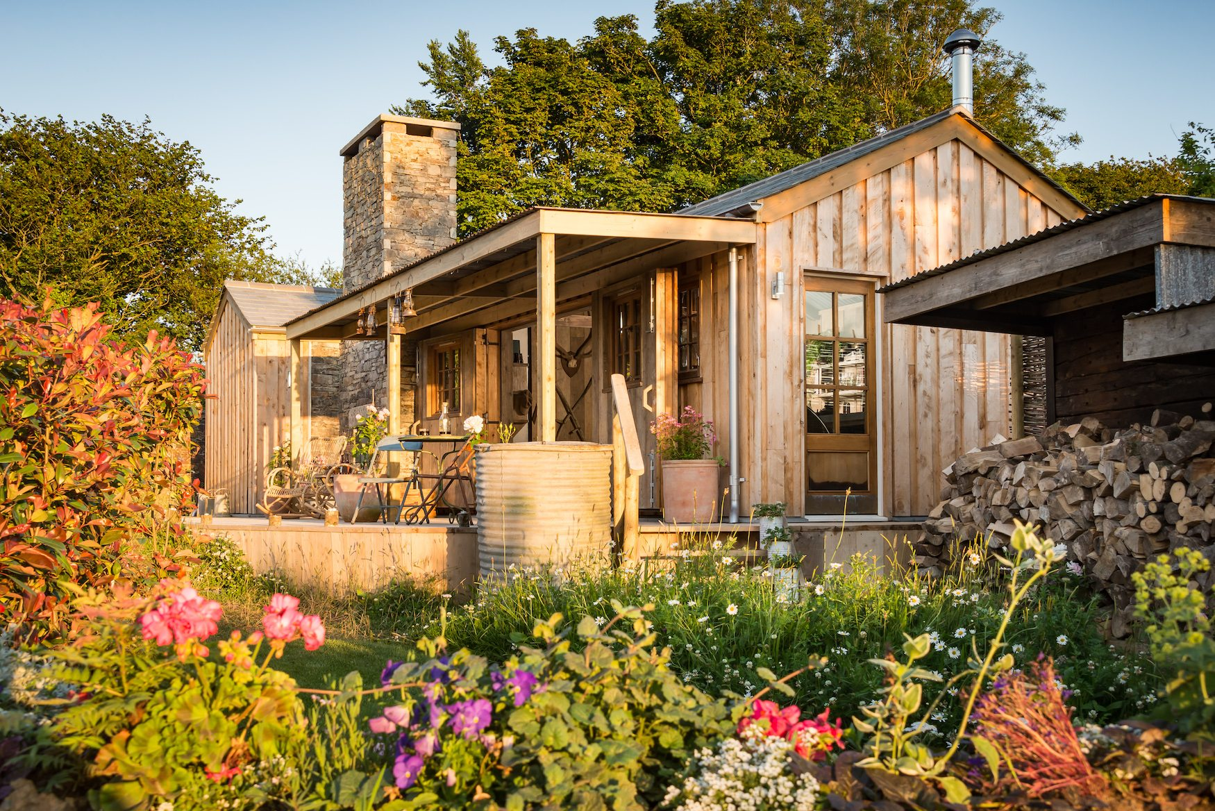 One Look Inside This Gloriously Rustic Tiny Cabin And You\'ll Fall ...