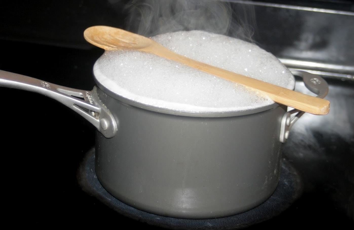 why-does-wooden-spoon-stop-pasta-from-boiling-over.w1456