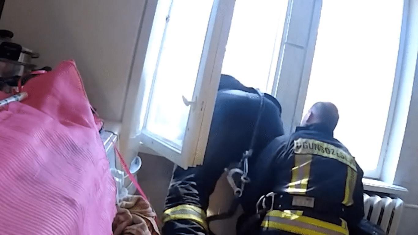 latvian-firefighters-catch-suicidal-man-in-air