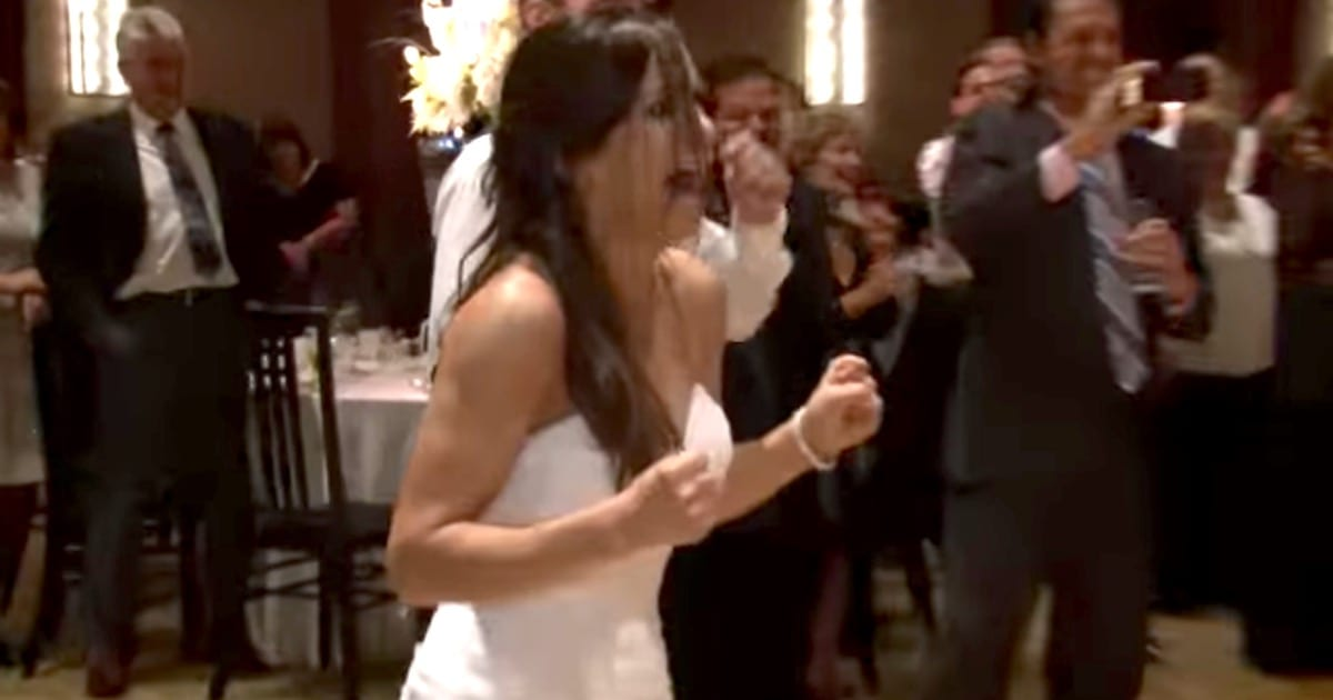 Kelly Clarkson Wedding.Wedding Party Surprises Bride With Kelly Clarkson Flash Mob