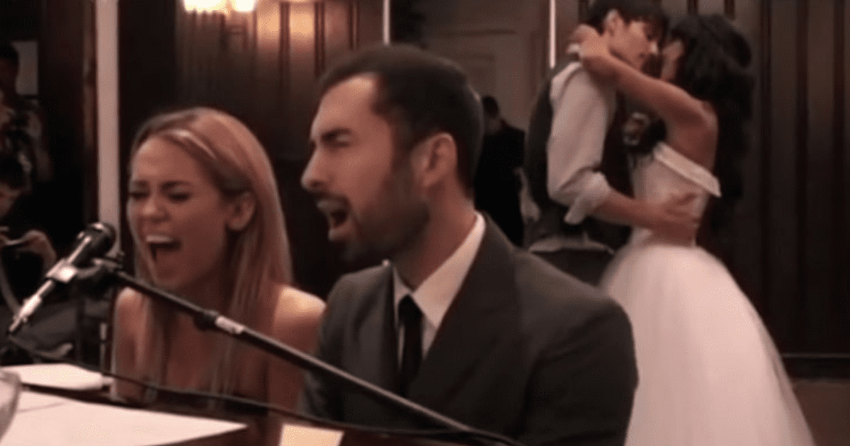 Best Friends Wedding.Miley Cyrus Sings At Her Best Friend S Wedding