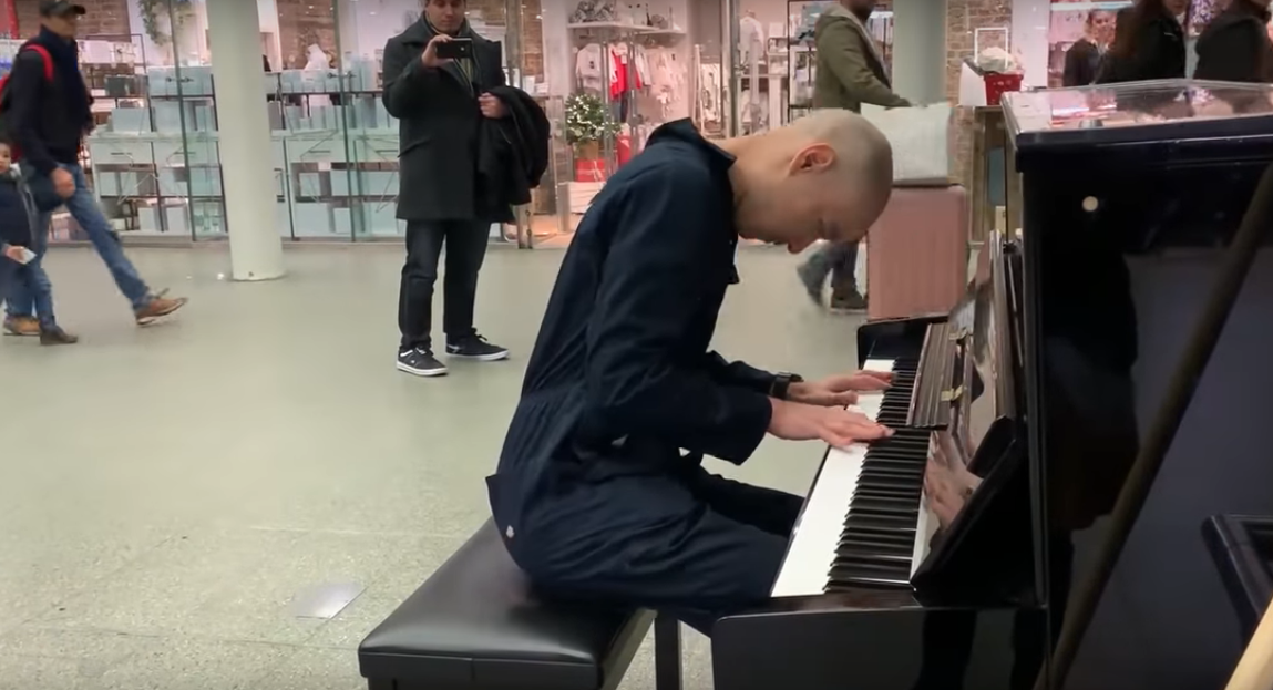 Pianist Disguised As Janitor Surprises Commuters With Concert