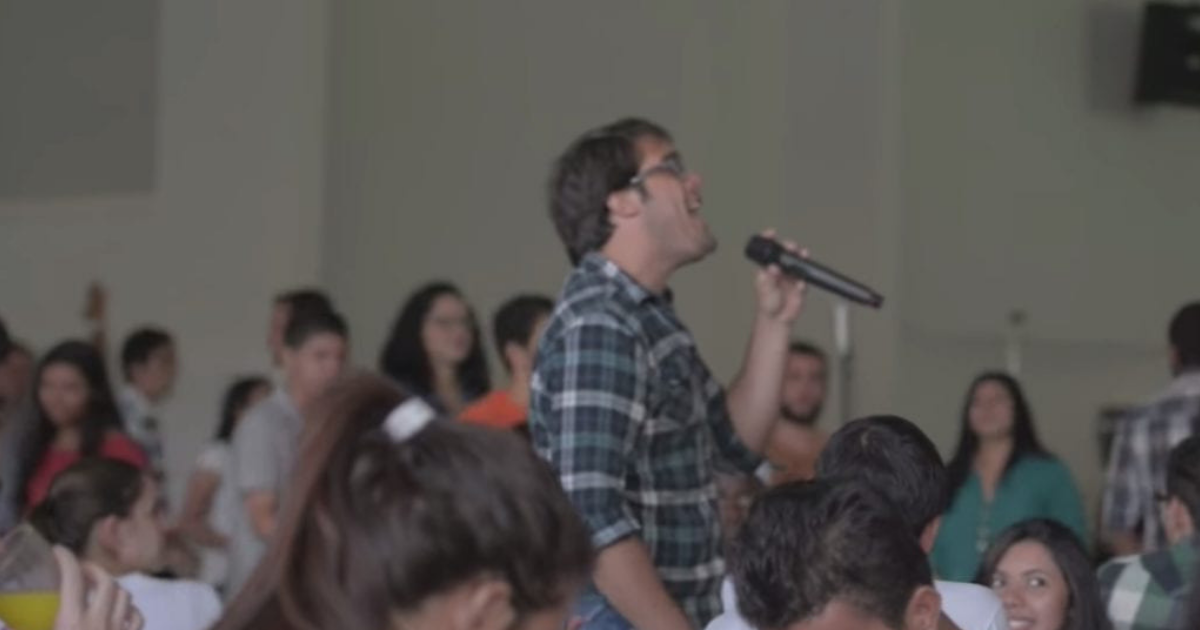 Man begins singing in campus cafeteria - soon, a giant