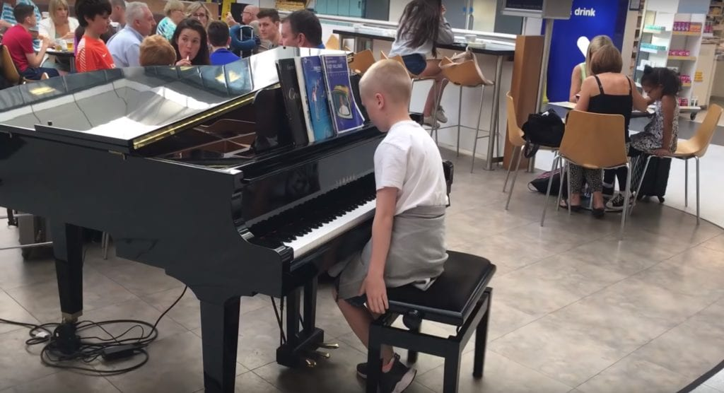 11-year-old boy amazes airport when he takes seat at piano