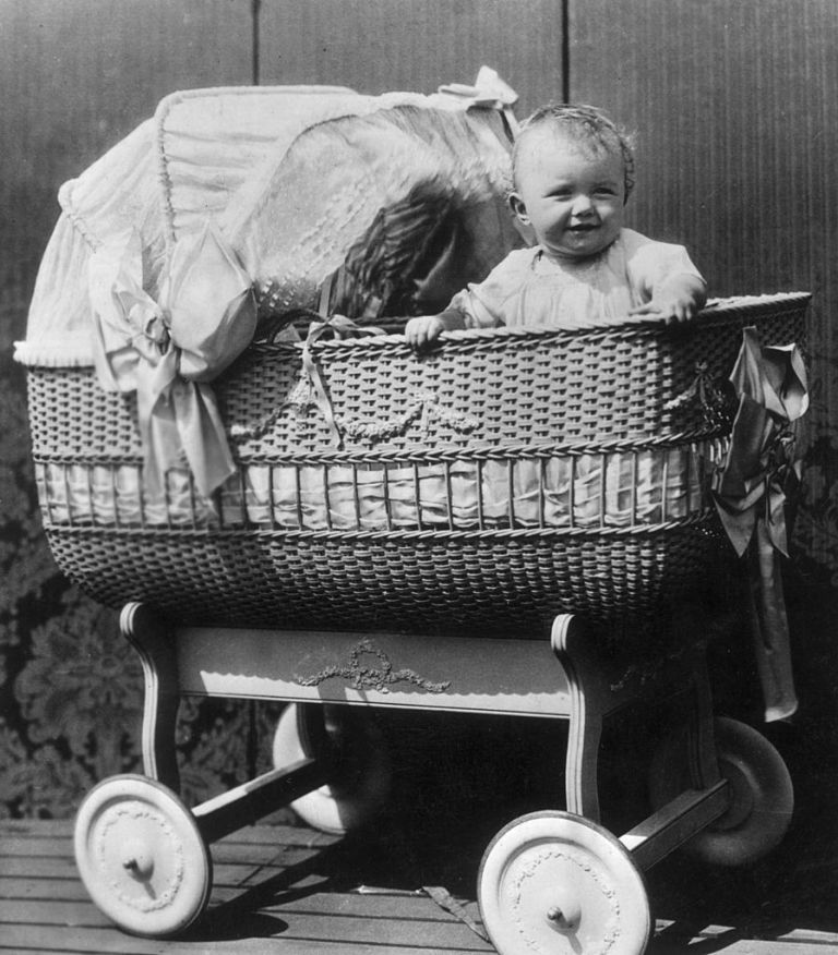 http://www.chasethetrend.com/story-30-vintage-photos-of-old-school-parenting-that-would-never-be-allowed-today/3/