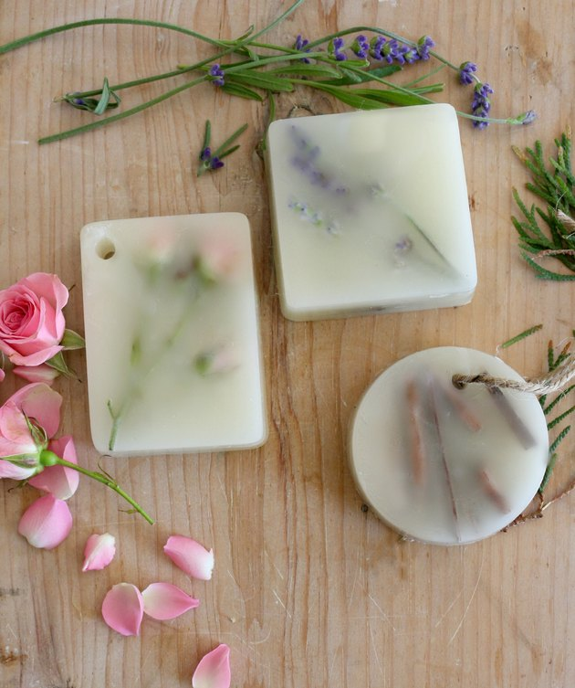 https://www.ehow.com/how_12340637_diy-scented-wax-bars.html