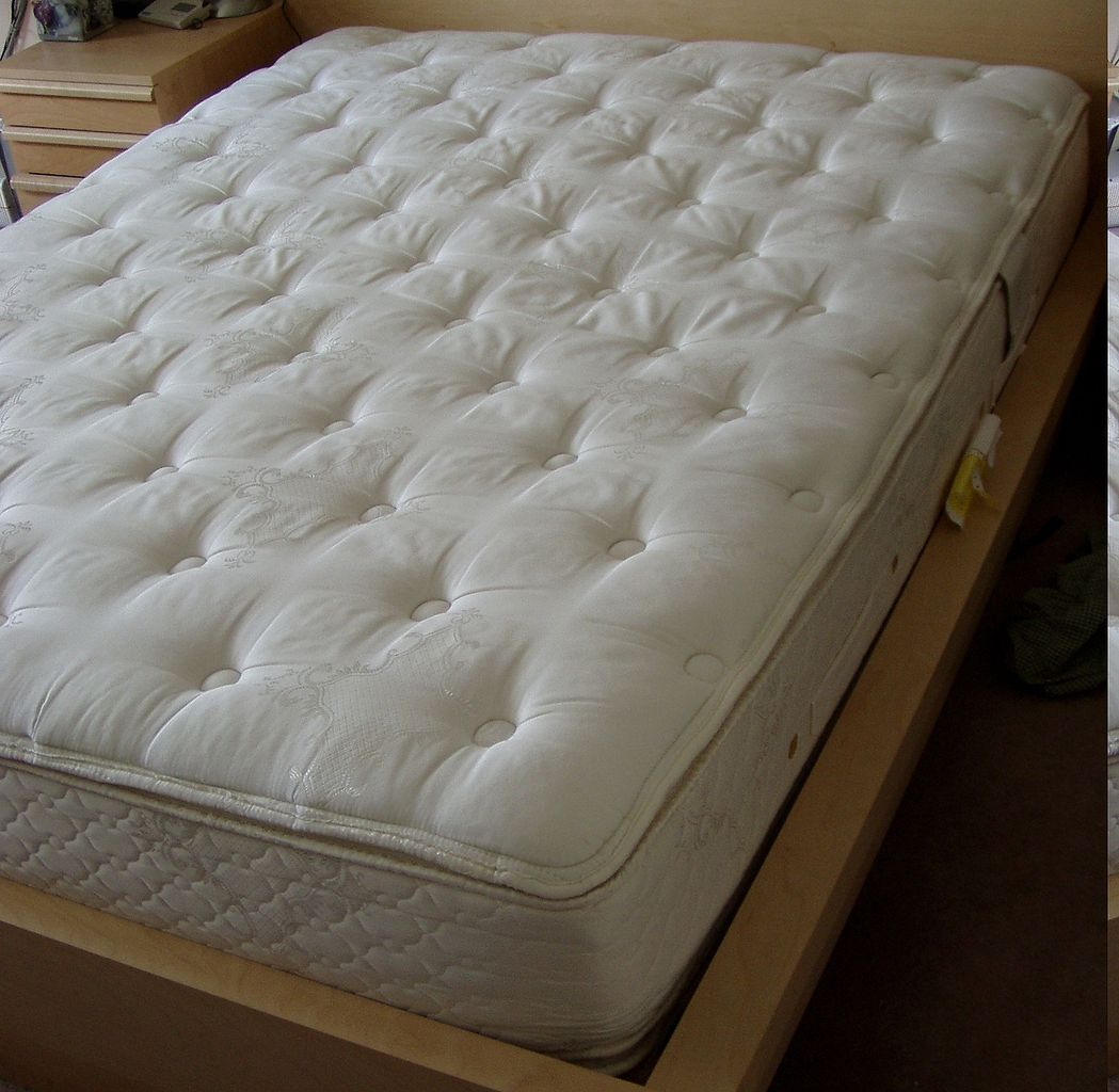 https://commons.wikimedia.org/wiki/File:Pillowtop-mattress.jpg