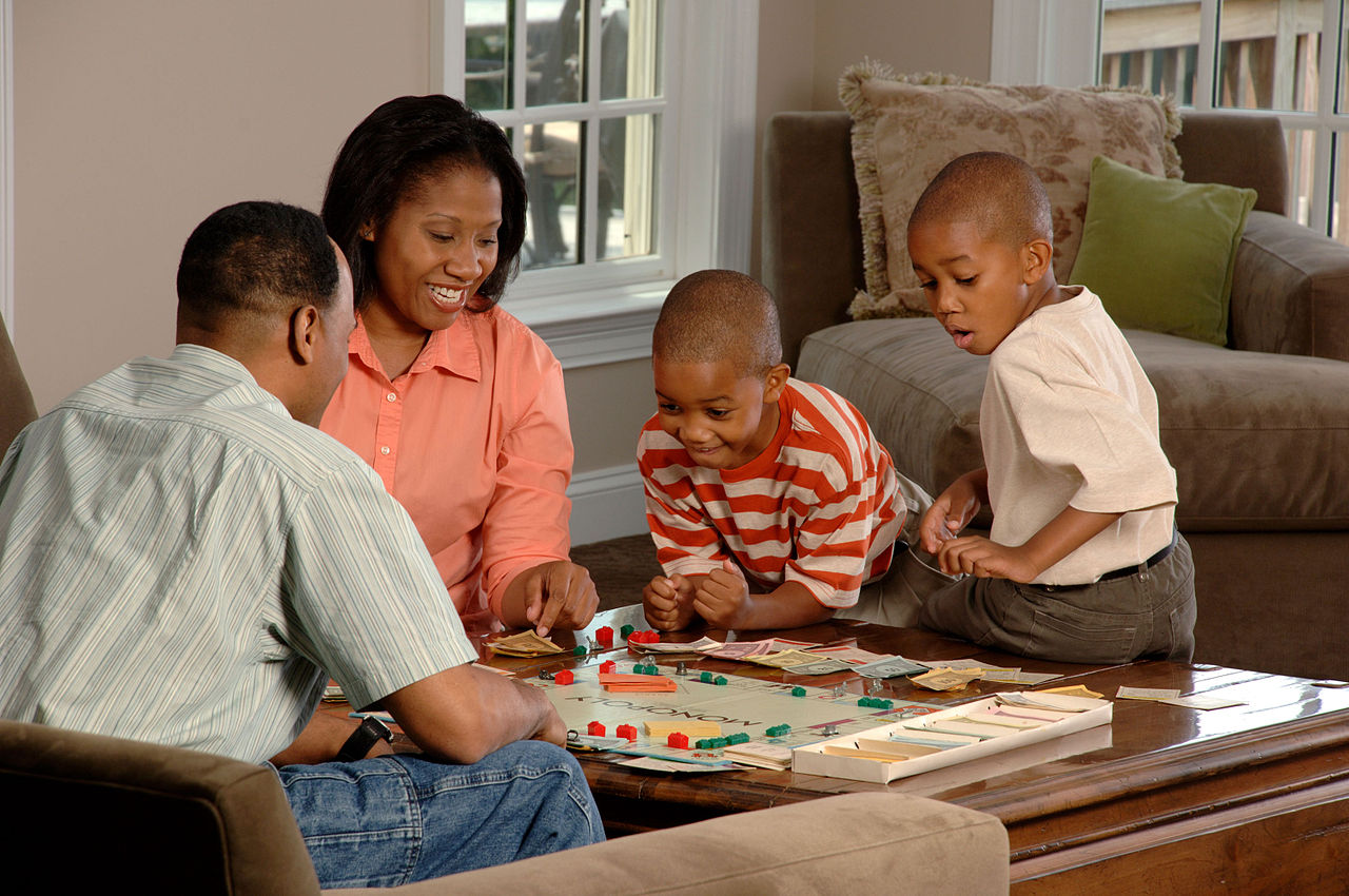 https://commons.wikimedia.org/wiki/File:Family_playing_board_game.jpg