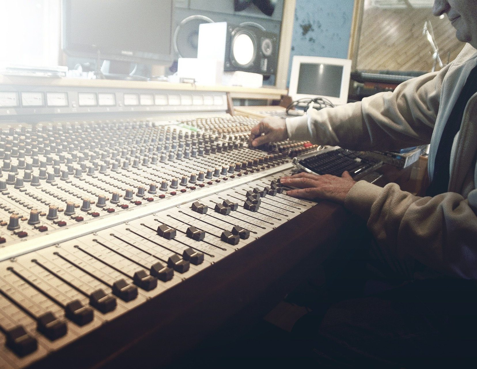 https://pixabay.com/photos/sound-studio-recording-faders-mixer-407216/