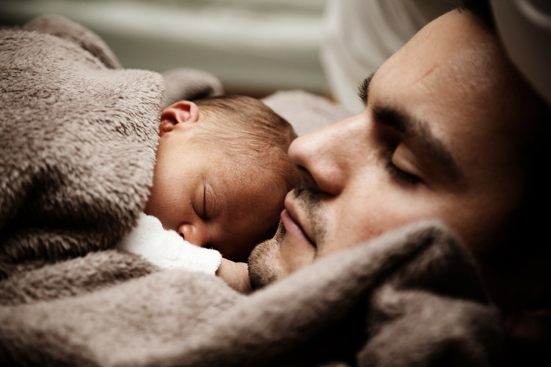 https://pixabay.com/photos/baby-child-cute-dad-daddy-family-22194/