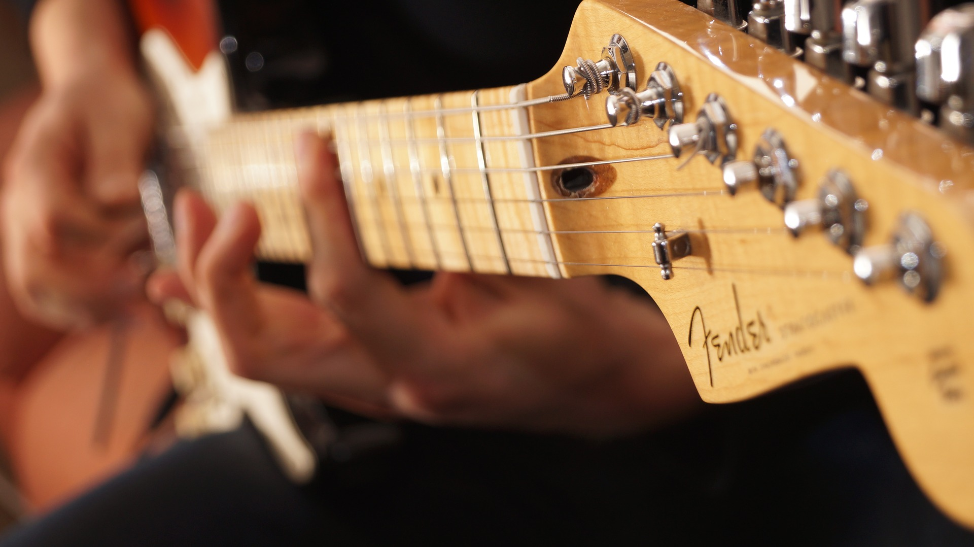 https://pixabay.com/photos/fender-stratocaster-guitar-player-2409274/