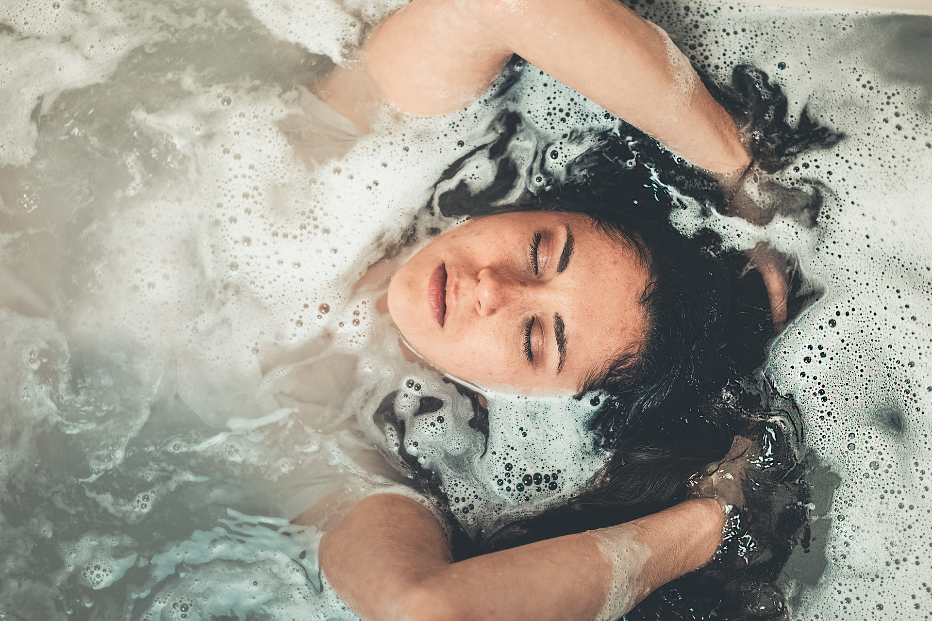 https://www.pexels.com/photo/woman-in-bath-tub-2306210/