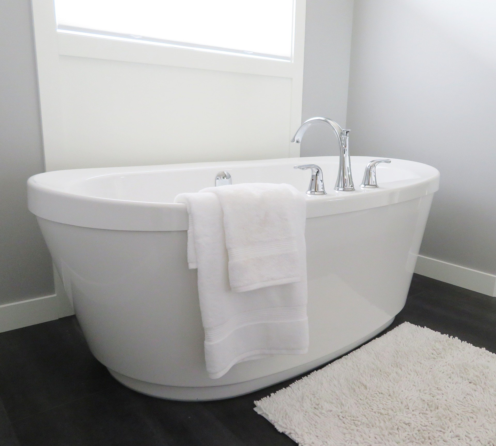 https://pixabay.com/photos/bathtub-tub-bathroom-bath-white-2485957/
