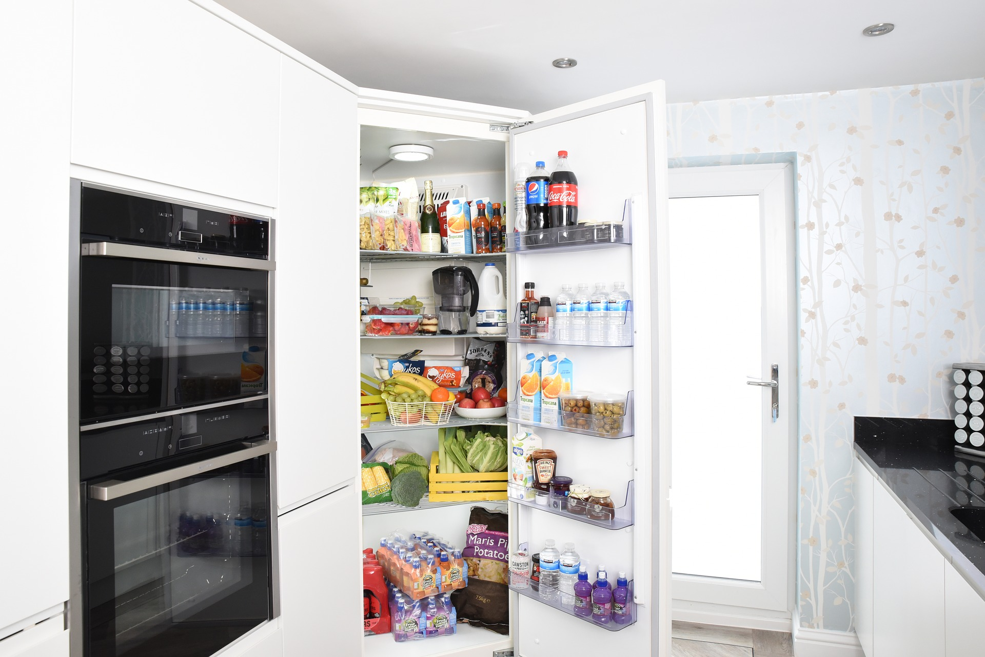 https://pixabay.com/photos/fridge-fridge-door-refrigerator-3475996/
