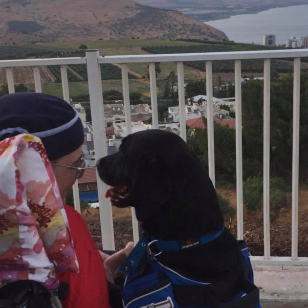 Adoring service dog helps her artist mom in the sweetest way